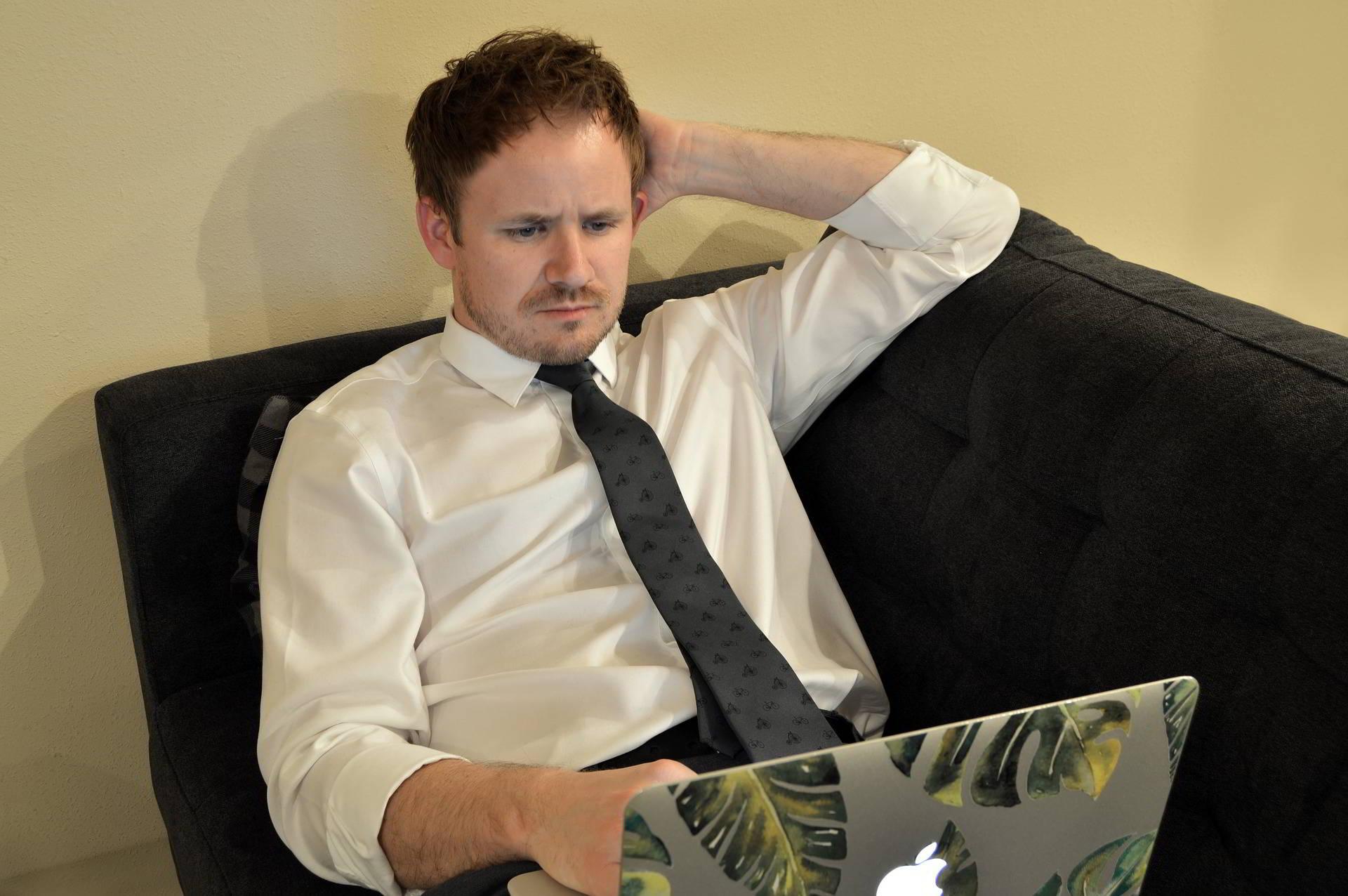 Férfi laptoppal otthon